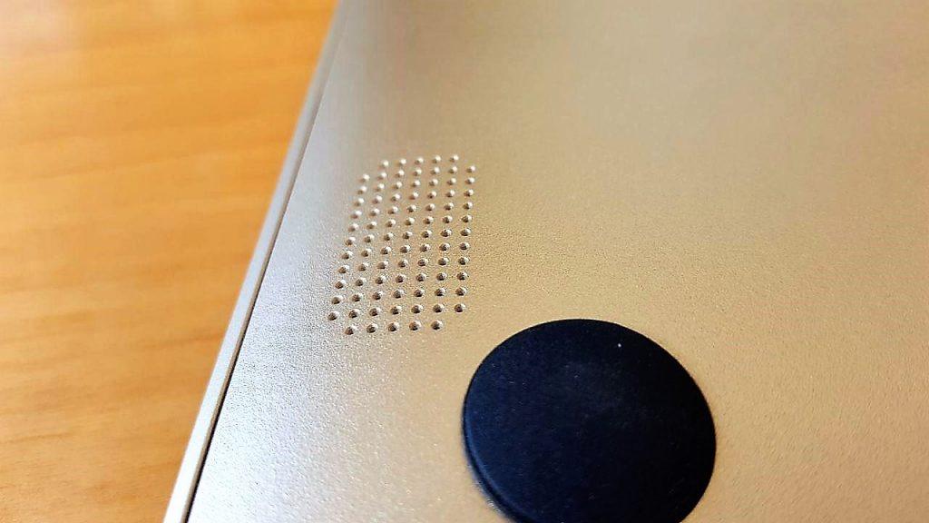 Detalle de uno de los 2 altavoces situados en la base del portátil.